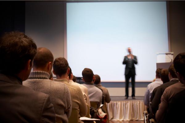 Preparar-se significa não apenas conhecer o assunto, mas também o público e o local da apresentação.